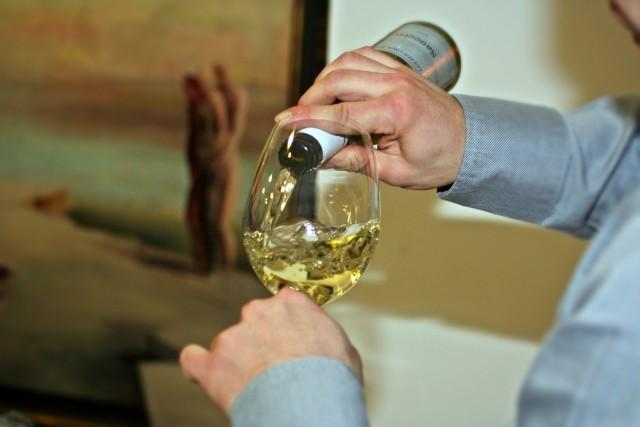 ワインを注いでる画像